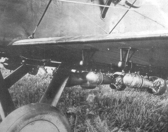 21.Мелкие авиабомбы под крылом Р-1.
