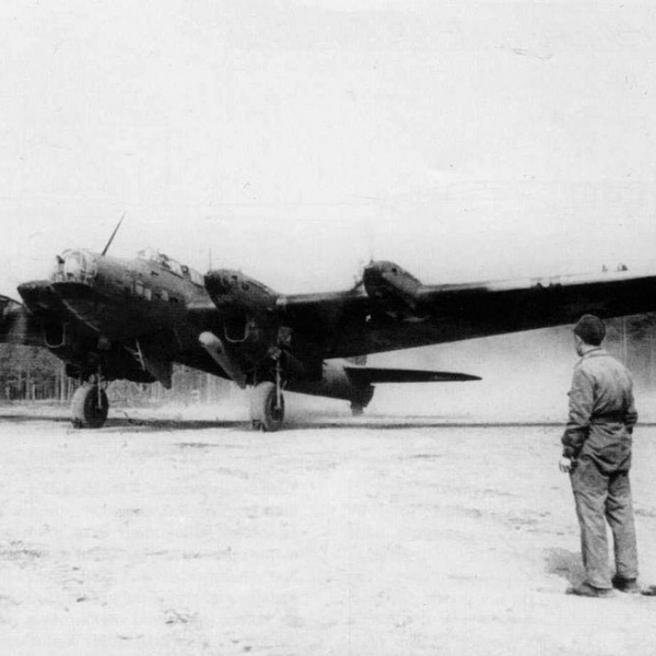 23.ТБ-7 с двумя подвешенными выливными приборами ВАП-1000.
