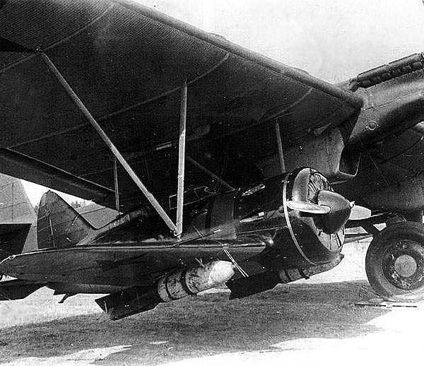 24.Авианосец ТБ-3 с истребителями И-16 под крылом.
