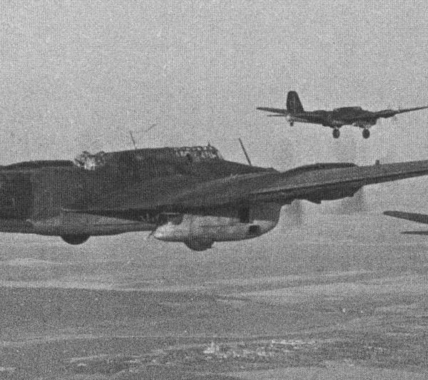 25.Группа Пе-8 в полете.