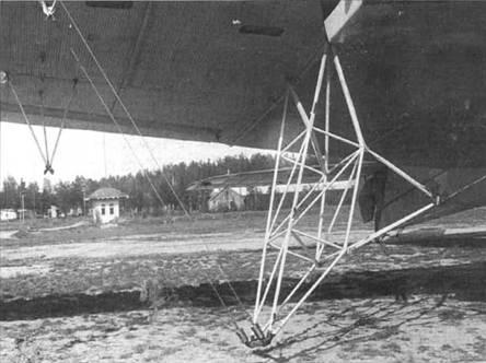 25.Звено-7-1. Выпускная ферма для подцепки И-16 в воздухе.