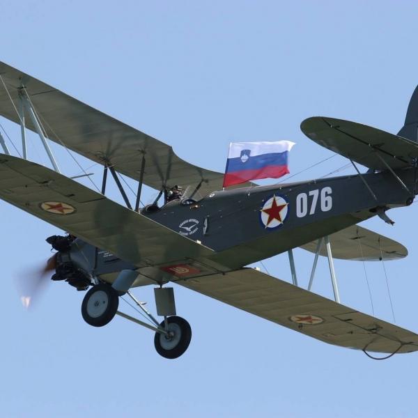 27.У-2 (реплика) в полете.
