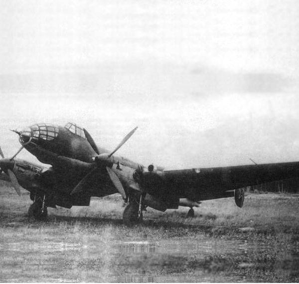 3.Ер-2 2М-З0Б и пропеллерами АВ-9ЕЛ-116 на полевой площадке.