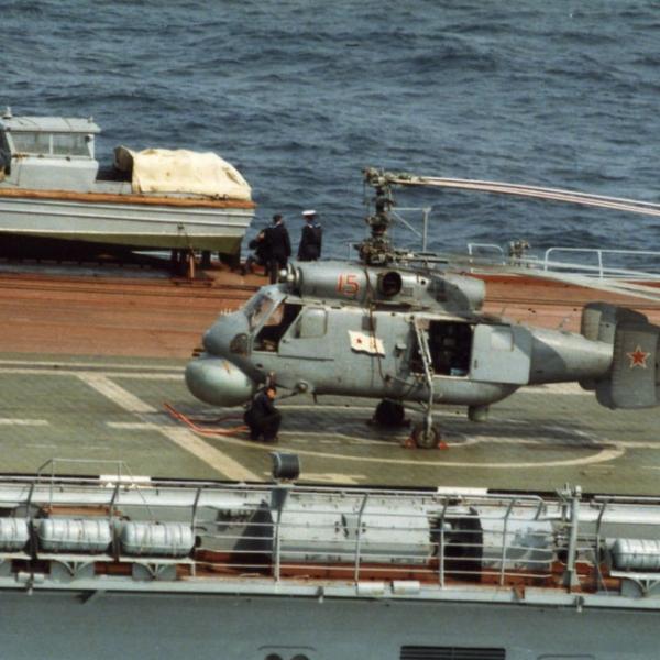 3.Ка-25Ц на палубе со сложенными лопастями.