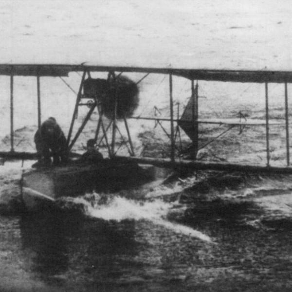 3.М-20 в ходе скоростной рулежки по воде.