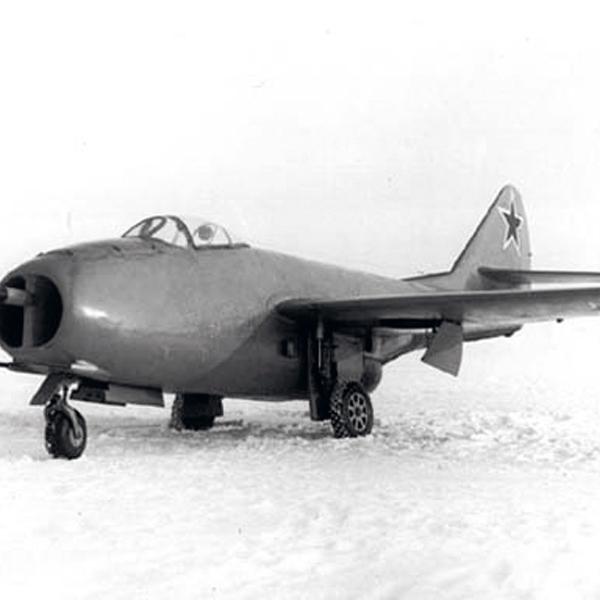 3.МиГ-9 с подвесными топливными баками.