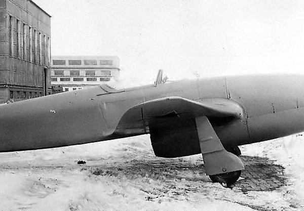 3.Опытный Як-15 с двигателями Jmo-004 на заводском дворе. Фото 1.