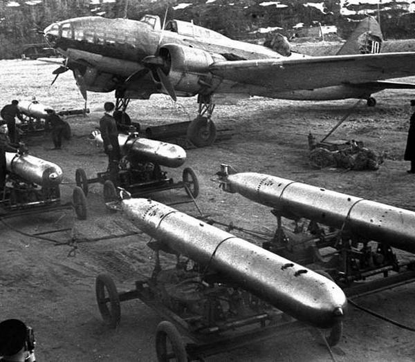 3.Подготовка Ил-4Т к вылету. На переднем плане торпеды 45-36-АН.
