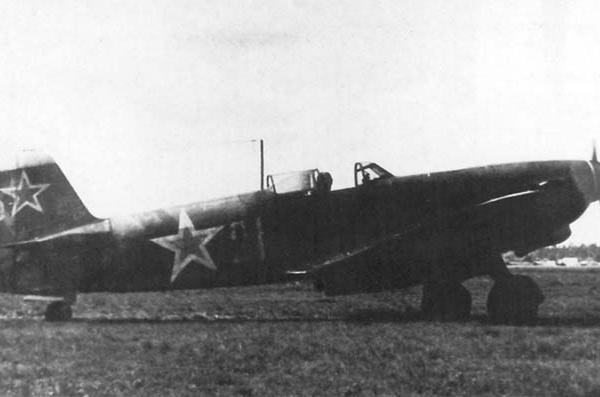 3.Як-9М выруливает на взлет.