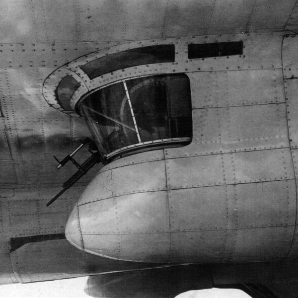 31.Огневая точка под правым крылом Пе-8.
