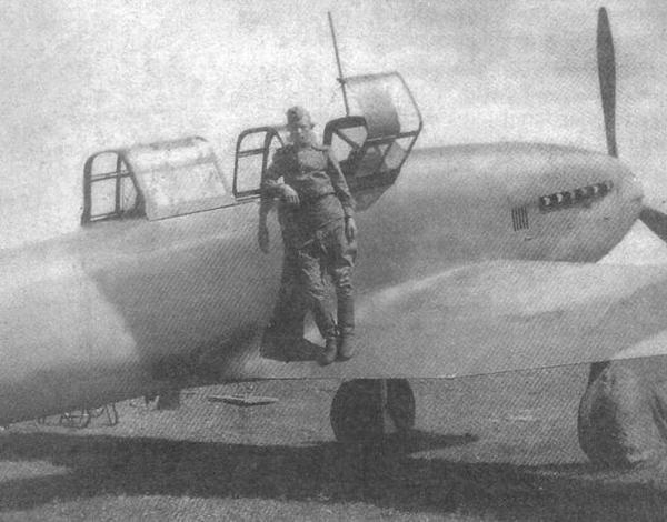 3а.Летчик на крыле Ил-10У из 537-го штурмового авиаполка.