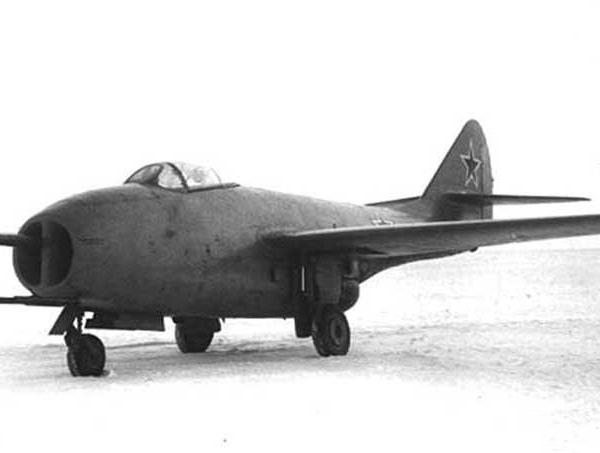 3а.МиГ-9 с глушителем бабочка на пушке Н-37.
