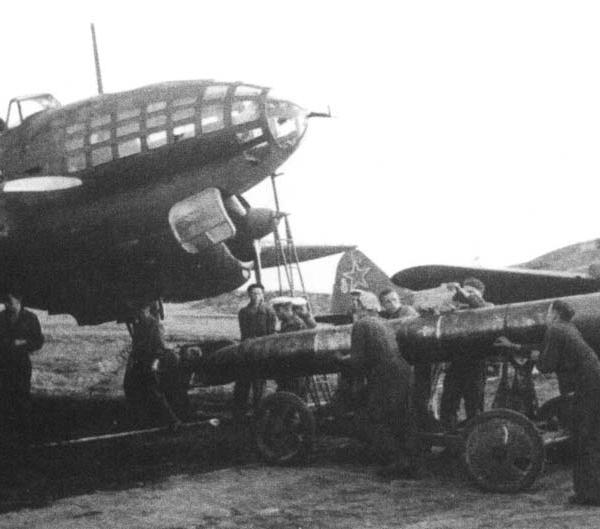 3а.Подготовка торпедоносца Ил-4Т в вылету.