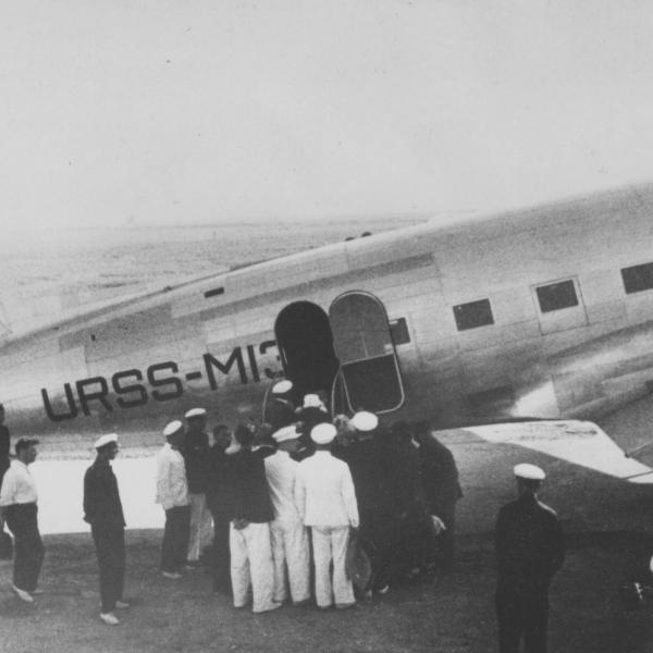 3а.Посадка пассажиров в самолет ПС-35.