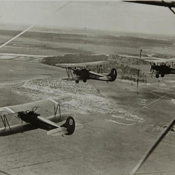 3б.Группа У-2 в полете.