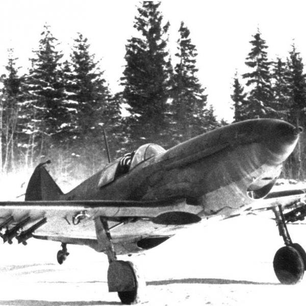 4.ЛаГГ-3 (66 серии) выруливает на взлет. Зима 1944 г.
