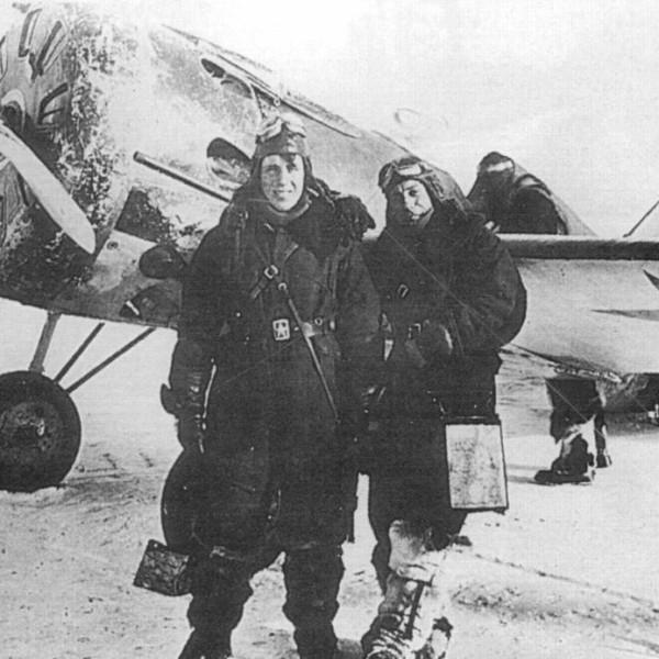 4.Летчики у И-16 тип 17 на стоянке.