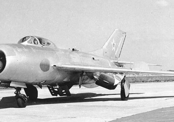 4.МиГ-19П (СМ-7-2) на рулежке