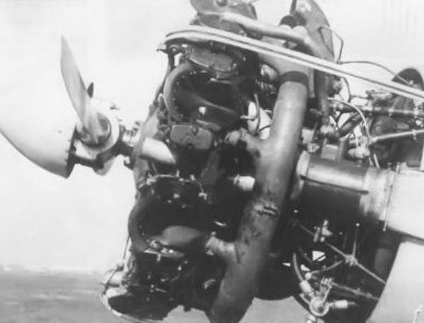 4.Раскапотированный двигатель М-62.