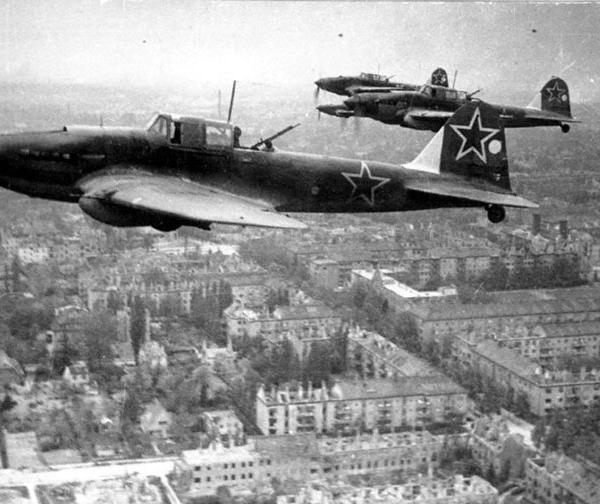 4.Штурмовики Ил-2 КСС в небе под Берлином. 1945 г.