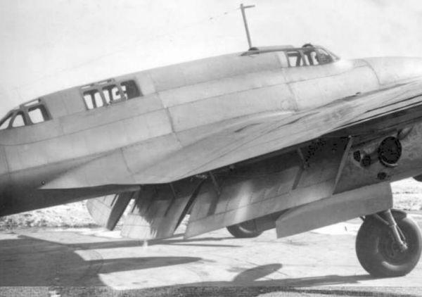 4.Центроплан ВИ-100. Посадочные щитки опущены.