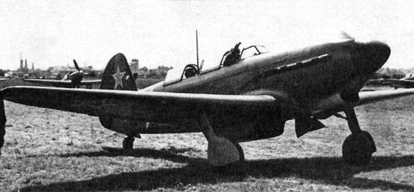 4.Як-9В на полевом аэродроме.