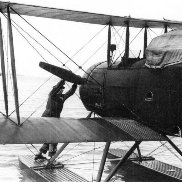 4.Запуск двигателя на самолете МУ-1. Вторая кабина закрыта колпаком для слепых полетов.