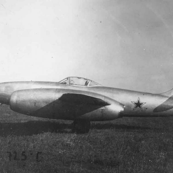 4а.Истребитель Су-11 (первый) на полевом аэродроме.