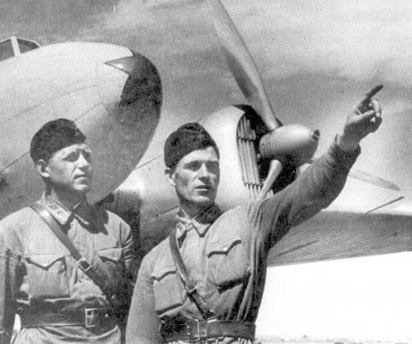 4д.Капитан И.Е. Тушинский и Ф. 3. Баранов около УСБ. Волжский военный округ, лето 1940 г.