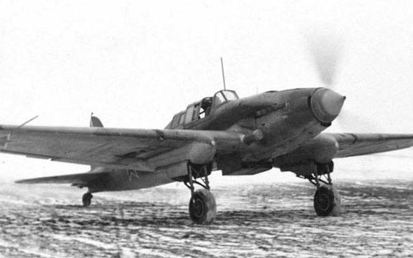 5.Ил-2У выруливает на старт.
