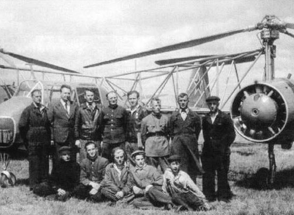 5.Иван Братухин четвертый слева в верхнем ряду возле Омега II