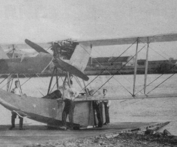 5.М-24 на гидроспуске перед проведением полетов.