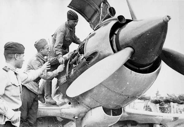 5.Осмотр двигателя М-82 на Миг-9