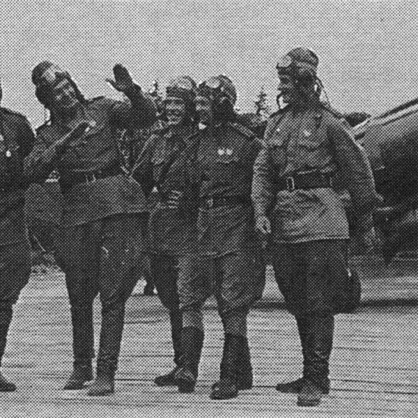 5а.Летчики на фоне истребителя МиГ-9. Карельский фронт.