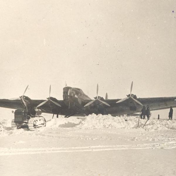5б.Самолет АНТ-6А Авиаарктика вытягивают на взлетную полосу.