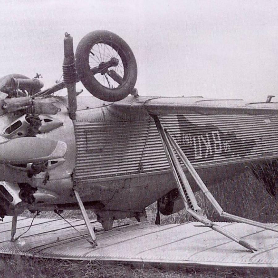 Истребитель И-4 начальника ВВС МВО И.У.Павлова после аварийной посадки.
