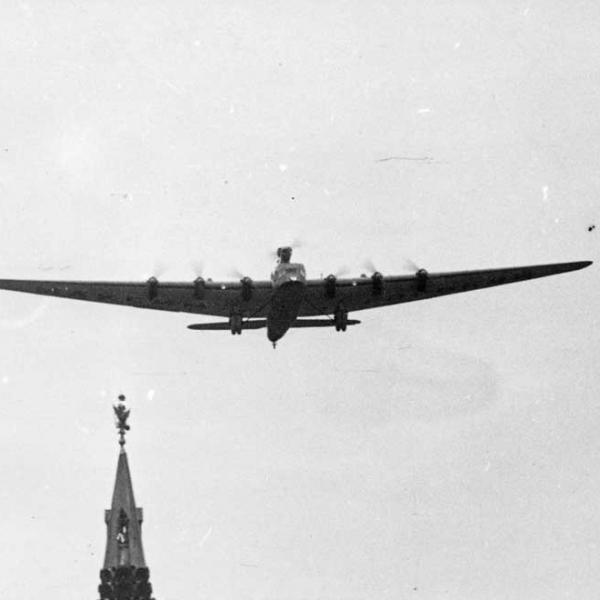 6.АНТ-20 над Красной площадью в сопровождении двух И-5.