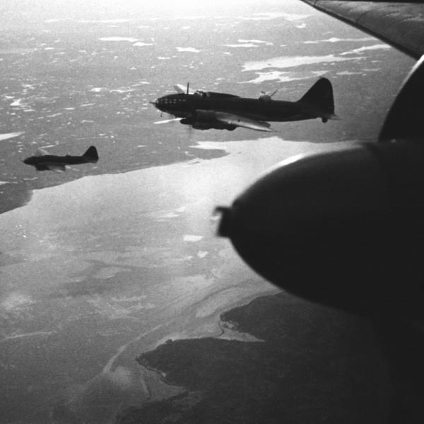 6.Группа Ил-4Т в полете.