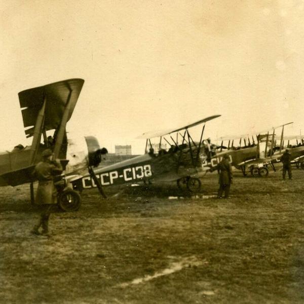 6.Ленинградская школа летчиков. Учебные самолёты У-1, второй слева - У-2.