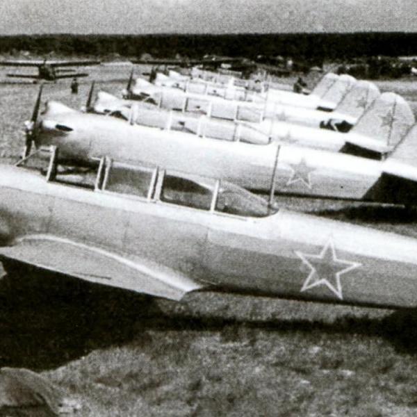 6.Линейка Як-18 первой модификации на полевом аэродроме летного училища советских ВВС.