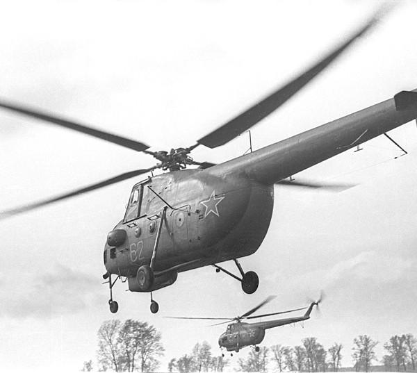 6.Пара Ми-4А в полете.