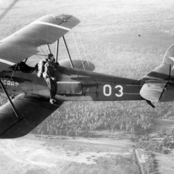 6.Прыжок парашютиста с У-2.