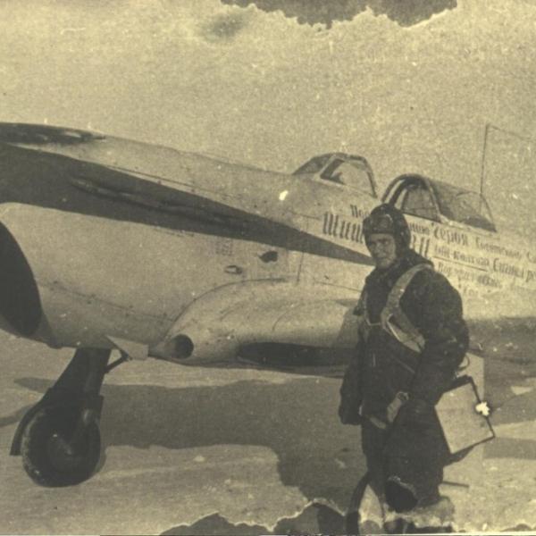 6.Советский пилот стоит у именного истребителя Як-1Б.