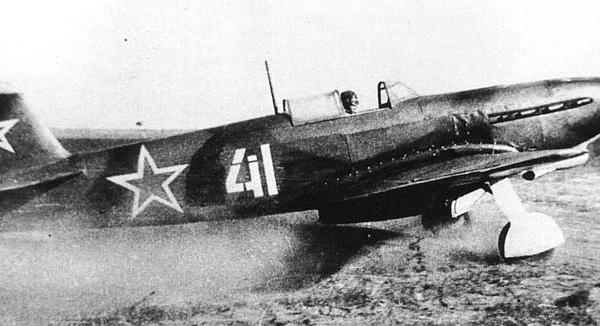 6.Як-9Д выруливает на взлет.