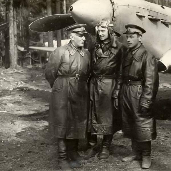 6а.Летчики на стоянке у истребителя Як-1