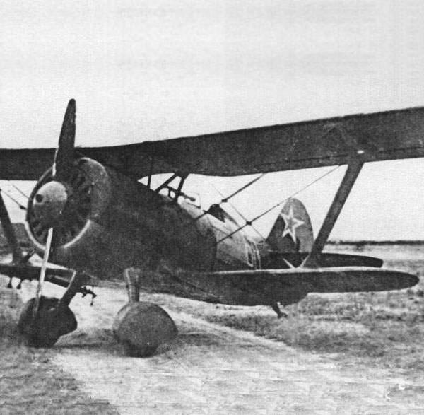 7.И-15 бис на полевом аэродроме.