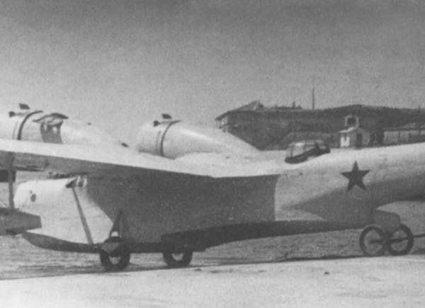 7.МДР-6 с двигателями М-25Е спускают на воду.