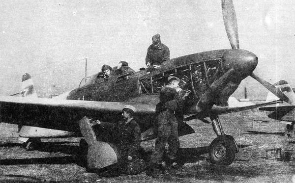 7.Ремонт Як-9М на стоянке.