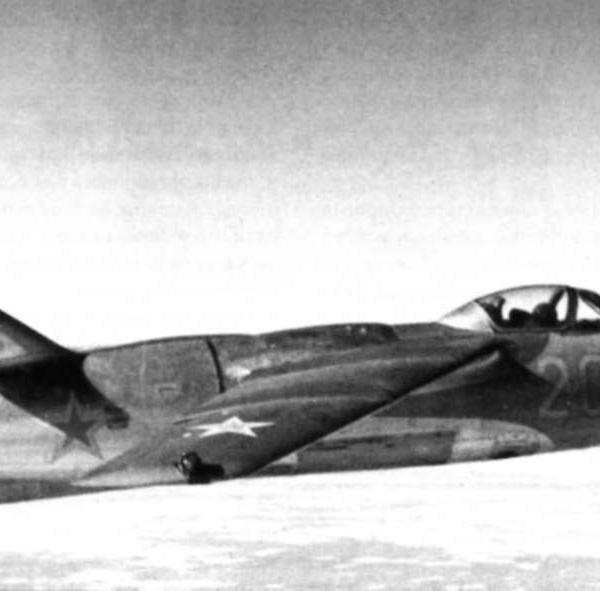 7.Серийный Ла-15 в полёте.