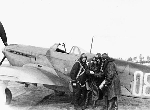 7.Советские летчики у Як-9. Лето 1942 г.
